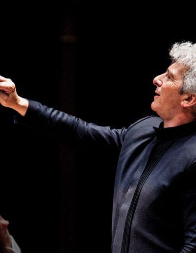 Peter Oundjian conducting